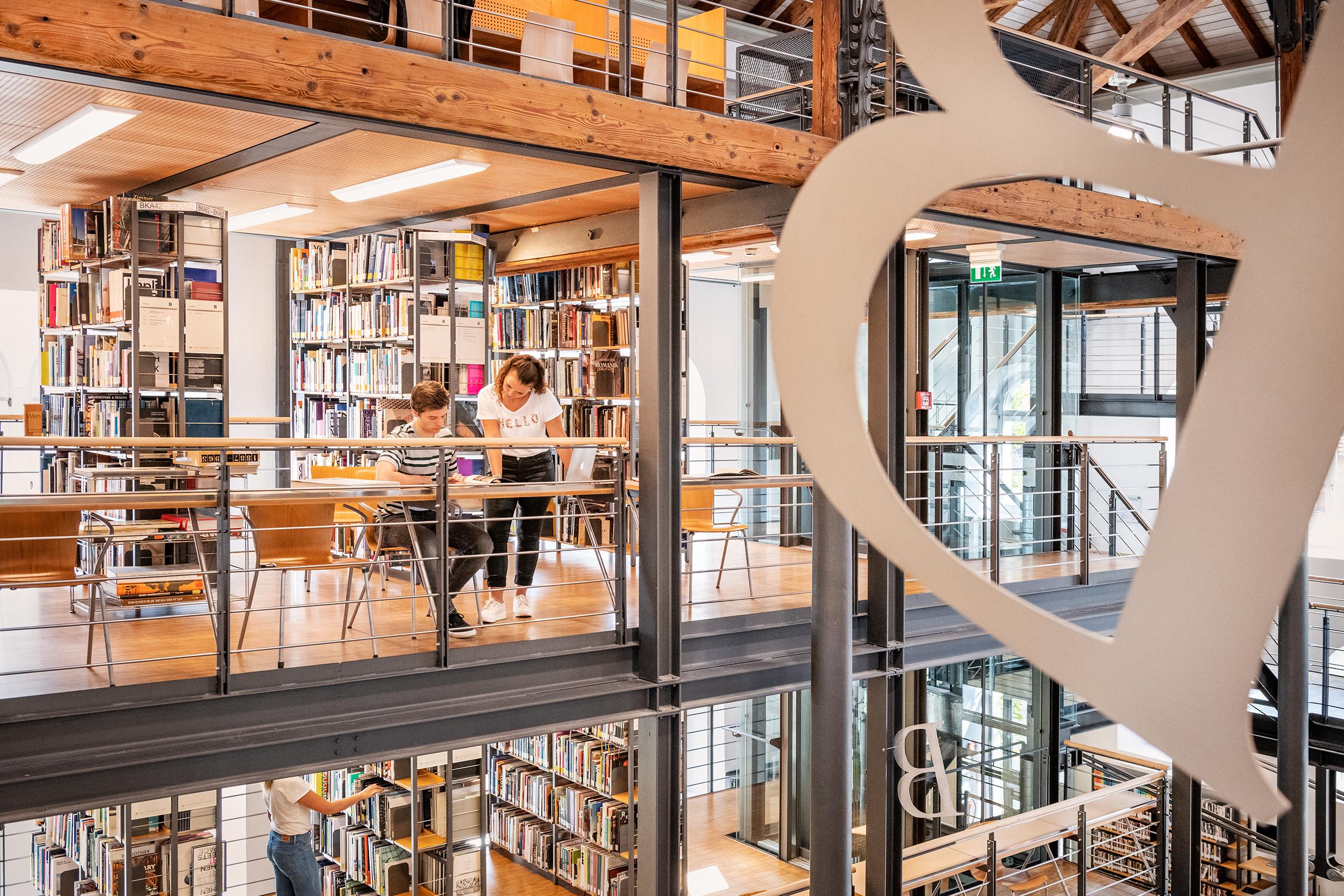 Bibliothek der HTWG mit StudentInnen