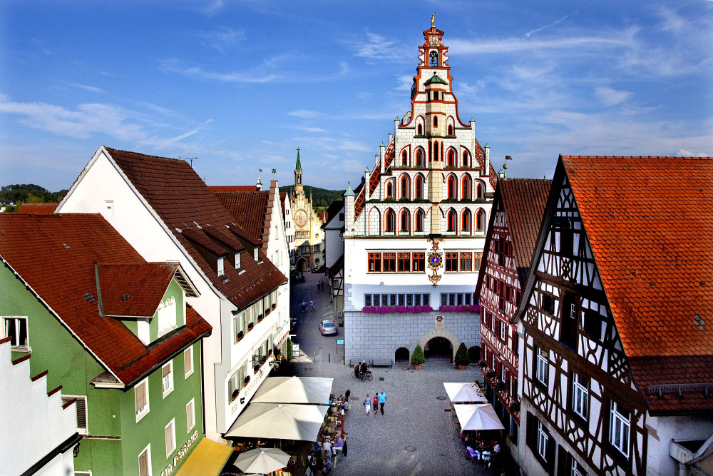 Blick auf den Rathausplatz von Bad Waldsee mit dem spätgotischen Rathaus.