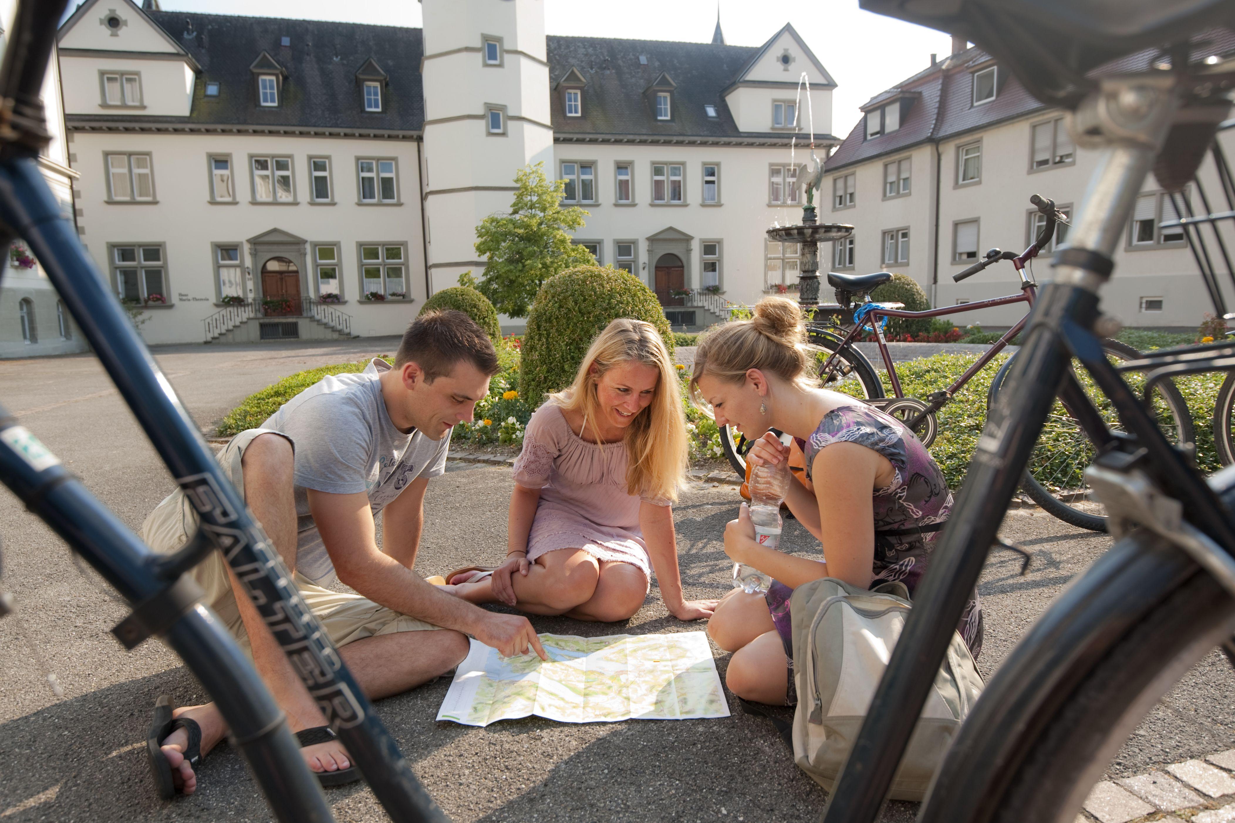 Fahrradfahrer 4Hegne 1060-2010, Fahrradfahrer im Klosterhof