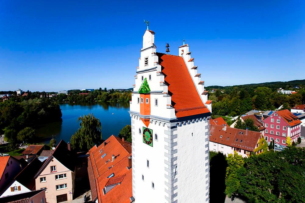 Blick auf das Wurzacher Tor in Bad Waldsee. Im Hintergrund der Stadtsee.