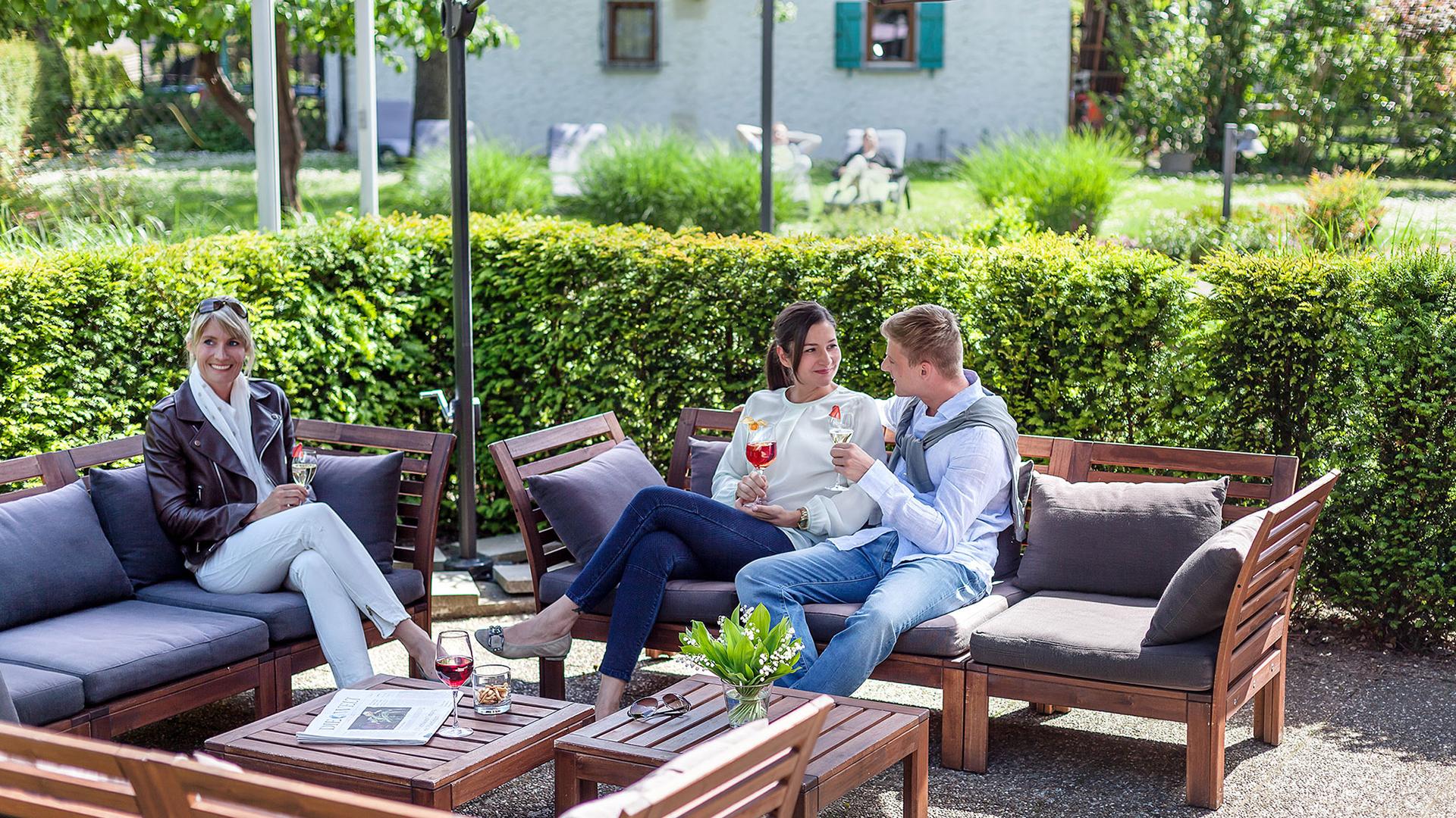 Ganter Hotel & Restaurant Mohren - Gäste im Hotelgarten
